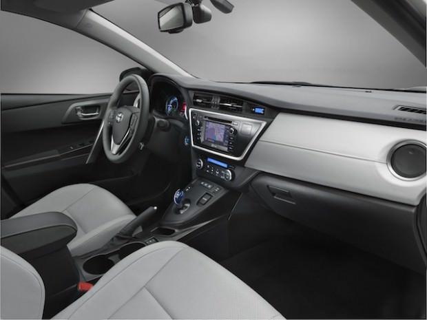 New_Toyota_Auris_Hybrid_08_2012